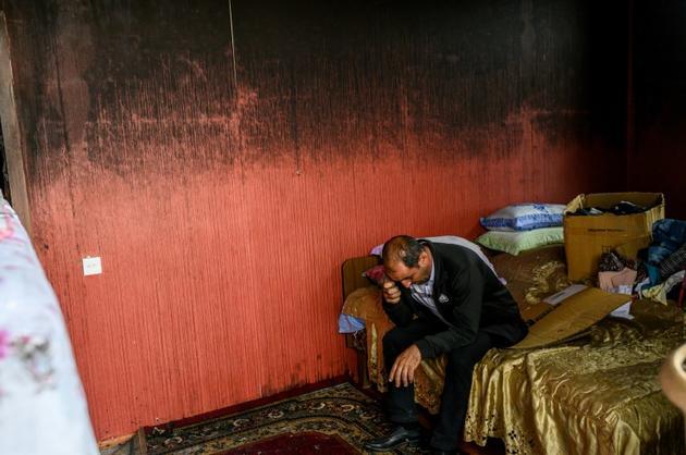 Un homme dans la chambre de son appartement, incendié et détruit par un bombardement, le 10 octobre 2020 à Tartar, en Azerbaïdjan [Bulent Kilic / AFP]