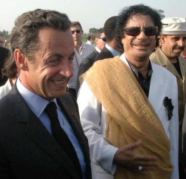 Le président Nicolas Sarkozy (g) est accueilli par le chef libyen  Mouammar Kadhafi (d) à son arrivée à Tripoli, le 25 juillet 2007 [MAHMUD TURKIA / AFP/Archives]