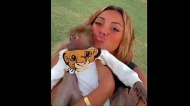 La chanteuse Wejdene s'est rendue dans un zoo de Dubaï pour caresser des animaux sauvages.