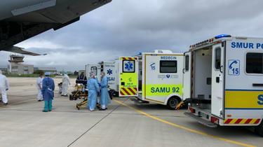 Quatre patients venus de la région Auvergne-Rhône-Alpes ont atterri à Villacoublay.