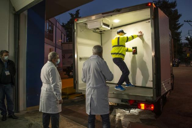 Arrivée à Athènes des premiers chargements de vaccins Pfizer-BioNTech, le 26 décembre 2020 [ANGELOS TZORTZINIS / AFP]