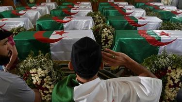 Un Algérien rend hommage aux restes de 24 combattants tués au début de la colonisation française restitués par la France, le 4 juillet 2020 [RYAD KRAMDI                         / AFP]
