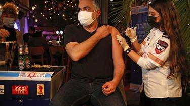 Plus de 45% de la population d'Israël a reçu une première injection de vaccin contre le coronavirus