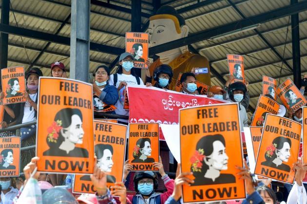 Des manifestants appellent à la libération de la dirigeante Aung San Suu Kyi à Naypyidaw (Birmanie) le 28 février 2021 [STR / AFP]
