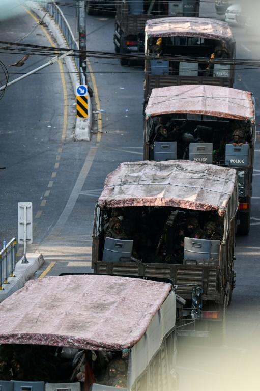 Des militaires attendent dans des camions à Rangoun (Birmanie) le 28 février 2021 [Ye Aung THU / AFP]
