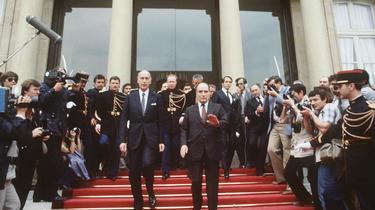 Valery Giscard d'Estaing et François Mitterrand sur le perron de l'Elysée à l'issue de la passation de pouvoirs le 21 mai 1981.