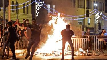 Certains manifestants ont jeté des pierres sur les forces de l'ordre
