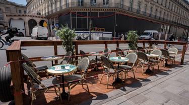 Des milliers de terrasses éphémères ont été installées directement sur la chaussée à Paris.