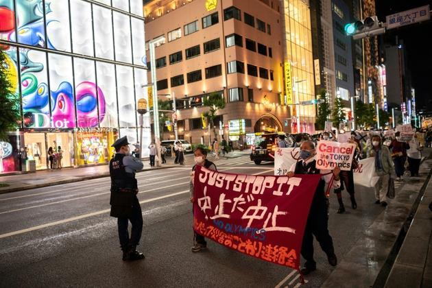 Des manifestants protestent contre la tenue des jeux Olympiques, le 17 mai 2021 à Tokyo [Charly TRIBALLEAU / AFP]