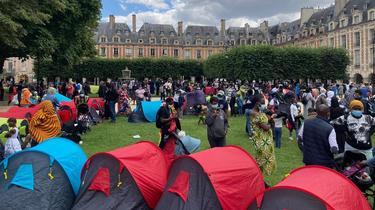 Jusqu'à 600 personnes, dont des enfants, étaient installées place des Vosges, à Paris.